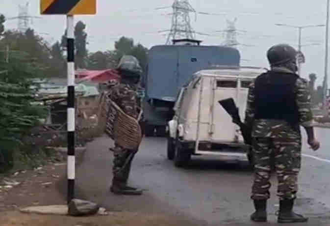 जम्मू-कश्मीर : सुरक्षाबलों ने मार गिराए तीन आतंकी, रोकी गर्इ ट्रेनें सर्च आॅपरेशन जारी