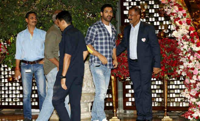 आकाश अंबानी की सगाई के बाद मुंबई में हुई ग्रांड पार्टी,शाहरुख और करण के साथ श्लोका ने दिया पोज