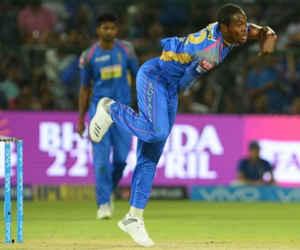 शताब्दी एक्सप्रेस से भी तेज गेंद फेंककर IPL में छाया से गेंदबाज, तोड़ चुका है बल्लेबाज का हेलमेट