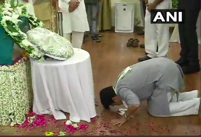कांग्रेस नेता ज्योतिरादित्य सिंधिया ने घुटनों के बल झुक कर दी अटल जी को श्रद्धांजलि