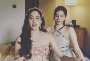 जाह्नवी और खुशी ने लिया अनुष्का का 'सुई-धागा' चैलेंज, जानें दोनों बहनों में से किसकी हुई जीत