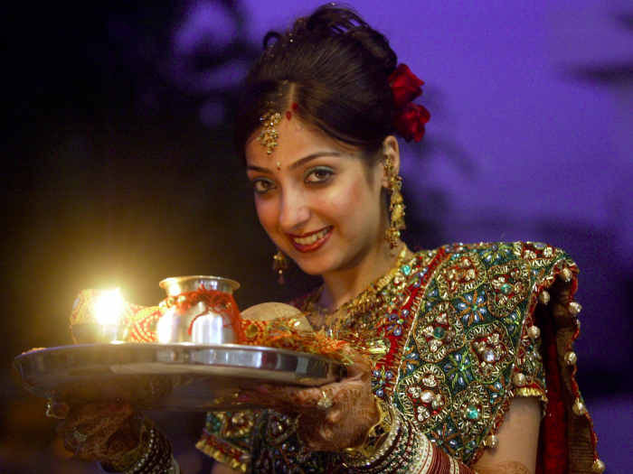 यूपी: करवा चौथ पर विवाहित महिला टीचर्स को मिलेगा अवकाश,योगी सरकार ने दिया तोहफा