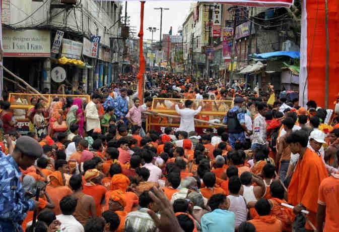काशी विश्वनाथ मंदिर में लाखों की संख्या में पहुंचे भोले भक्त, डाकबमों की संख्या भी सैकड़ों में