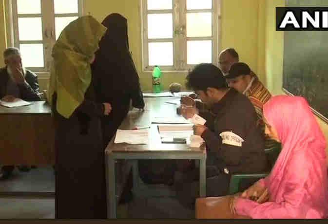 जम्मू-कश्मीर निकाय चुनाव : तीसरे चरण का हो रहा है मतदान,  सुरक्षा के किए गए कड़े इतजाम
