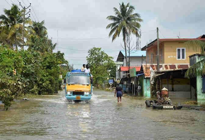 केरल की बाढ़ गंभीर आपदा घोषित-मदद के लिए बढ़े हाथ,  10 प्वांइट्स में जानें वहां के सारे हालात
