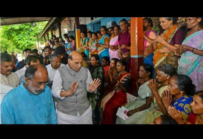 केरल में राजनाथ सिंह बोले इतिहास में पहली बार आर्इ एेसी बाढ़, दी 100 करोड़ की फौरी मदद