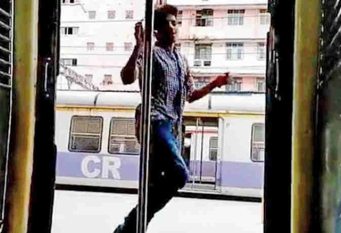 मुंबर्इ की चलती लोकल ट्रेन में युवक ने किया खतरनाक किकी डांस, रेलवे पुलिस लेगी एक्शन