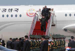 अपनी परंपरागत ट्रेन छोड़कर किम जोंग उन प्लेन से पहुंचे चीन