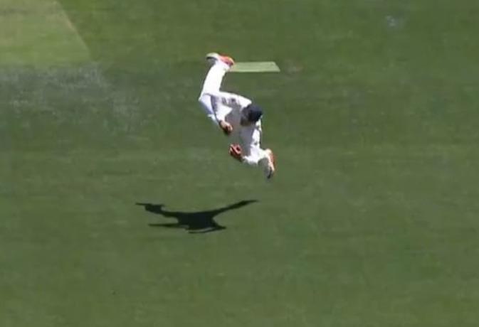 विराट का कैच पकड़ने के लिए हवा में इतनी देर तक उड़ता रहा खिलाड़ी, पकड़ा शानदार कैच