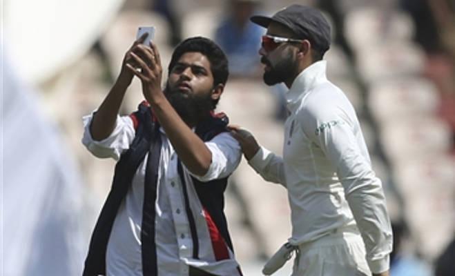 ind vs wi : हैदराबाद टेस्ट में मैदान में घुसा फैन,कोहली को लगाया गले