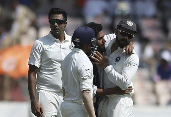 Ind vs Wi : हैदराबाद टेस्ट में मैदान में घुसा फैन, कोहली को लगाया गले