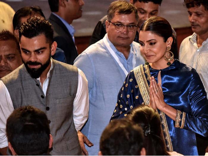 देखें तस्वीरें : पत्नी अनुष्का संग कोहली पहुंचे दिल्ली,किया 'विराट कोहली पवेलियन' का उद्घाटन