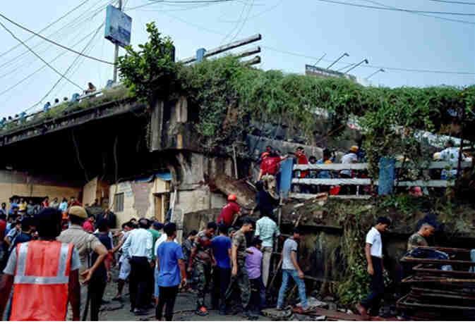 कोलकाता में चालू पुल ढहने से एक युवक की मौत कर्इ घायल, मलबे में दबे लोगों की तलाश जारी