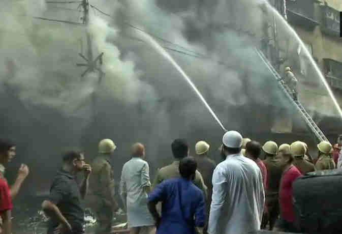 कोलकाता की मार्केट तो दिल्ली की फैक्ट्री में लगी भीषण आग,  दमकल की 60 गाड़ियां पहुंची मौके पर