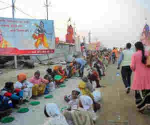 प्रयागराज कुंभ 2019 : जूना अखाड़े की संन्यासिनी प्रसाद में बांट रही फास्ट फूड
