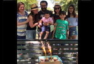 करिश्मा के बर्थडे केक को तैमूर इसलिए देख रहे घूर-घूर, देखें तस्वीरें