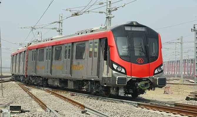 लखनऊ मेट्रो की हालत फिर खराब, रास्ते में अटकी, इमरजेंसी मोड में निकाले गए यात्री
