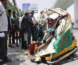 गाजियाबाद में बड़ा हादसा: चलते ऑटो पर गिरा मेट्रो का गर्डर, 5 यात्री घायल