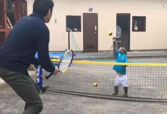 टेनिस का खिलाड़ी ये बंदर, शॉट ऐसे कि टिकने नहीं देता किसी को कोर्ट के अंदर, देखें वीडियो