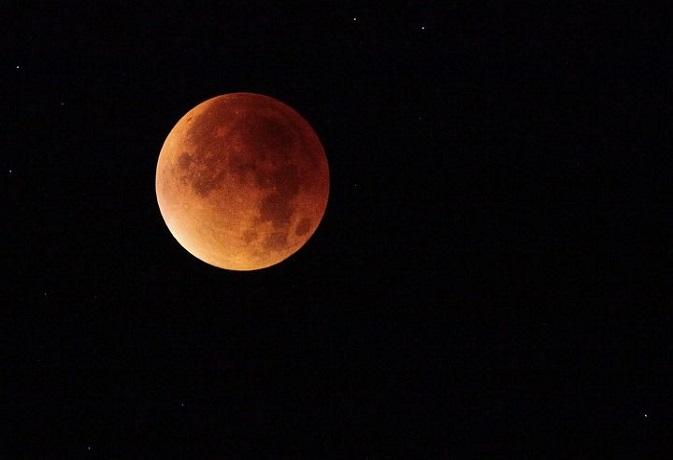 इन राशि वालों के लिए कष्टदायी हो सकता है चंद्रग्रहण, जानें क्या होगा प्रभाव?