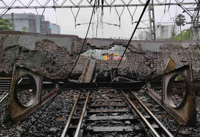 मुंबई में बारिश से गिरा अंधेरी स्टेशन पर पुल,  लगा जाम जनजीवन बेहाल