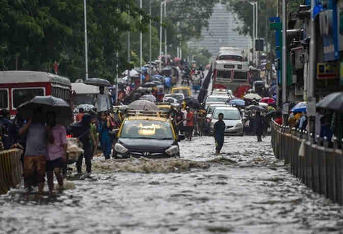 मानसून के पहुंचते ही मुंबर्इ में हुर्इ भारी बारिश,  तस्वीरों में देखें कैसे शहर हुआ पानी-पानी