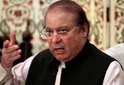 पाकिस्तान के टॉप लीडर्स पर विचित्र हमले, किसी के ऊपर स्याही तो किसी के मुंह पर जूते