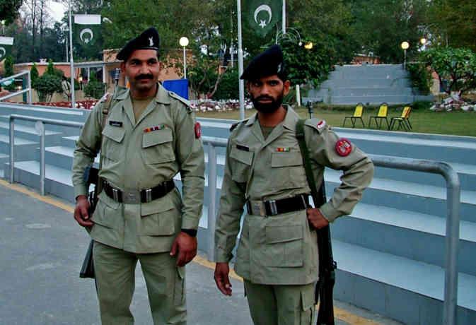 पाकिस्तान में पहले सिख पुलिस ऑफिसर के साथ हाथापार्इ, घर से निकाला