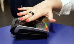 गर्लफ्रेंड के हाथों में पहना दें ये अंगूठी तो बिना डेबिट/क्रेडिट कार्ड के हो जाएंगे दुनिया भर के पेमेंट!
