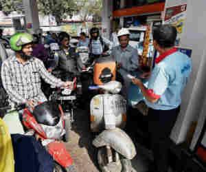 1 अप्रैल से दिल्ली में मिलेगा सिर्फ यूरो-VI ग्रेड पेट्रोल डीजल, वायु प्रदूषण से लड़ने की कोशिश