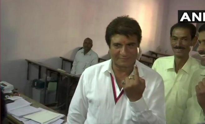 lok sabha election 2019 phase 2 : वोटिंग के बाद सेलेब्रिटी की तस्वीरें