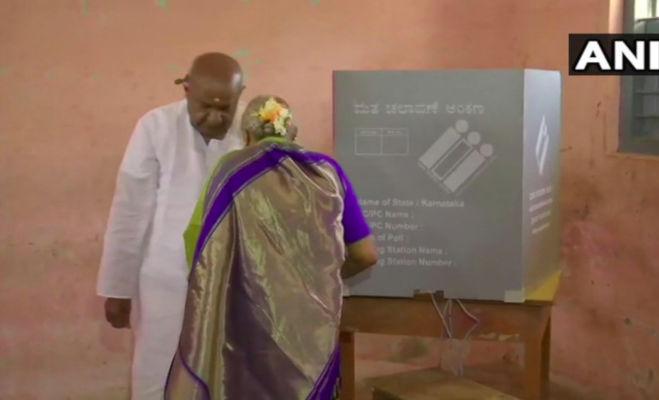 lok sabha election 2019 phase 2 : दिग्गजों ने डाले वोट,दिखाए निशान
