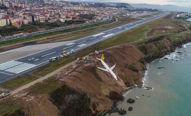 वीडियो : तुर्की में 162 यात्रियों से भरा विमान रनवे से बाहर दौड़ लगा जा गिरा समुद्री तट पर