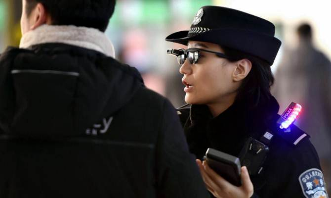 चाइनीज पुलिस ऑफिसर्स के ये सनग्लासेस सेकेंडों में पहचान लेते हैं हर अपराधी को,वैसे ये चश्में इंडियन पुलिस को कब मिलेंगे?