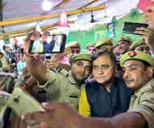 चुने गए 68 कॉप ऑफ द मंथ :  यूपी डीजीपी ने खुद इनवाइट कर पुलिसकर्मियों संग ढाबे पर किया लंच आैर ली सेल्फी भी