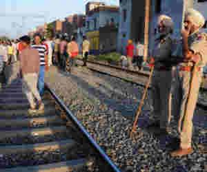 #AmritsarTrainAccident के कारण अमृतसर-मनावला लाइन पर रोकी गर्इ रेल सेवा