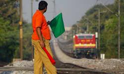 रेलवे में निकली 90 हजार नौकरियां, जानें कितनी मिलेगी सैलरी और क्या है आवेदन की लास्ट डेट
