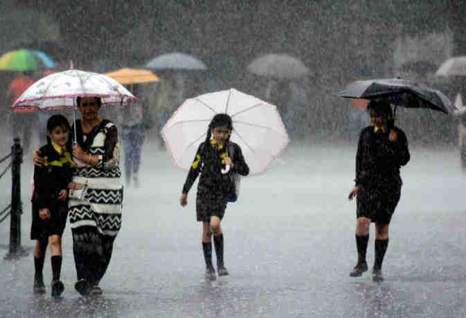 संडे को दिल्ली में झमाझम हो सकती बारिश,  यूपी में कहीं धूप तो कहीं होगी बूदांबांदी