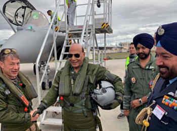 भारत को मिला पहला राफेल जेट, रक्षा मंत्री राजनाथ सिंह ने पूजन के बाद भरी उड़ान