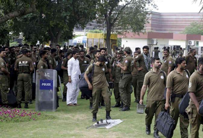 पाकिस्तान : पूर्व मुख्यमंत्री के काफिले पर बम से हमला, 5 की मौत और कई घायल