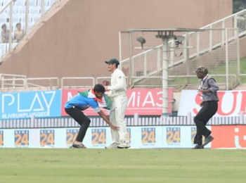 Ranchi Test: मैच के दौरान दो बार टूटा सुरक्षा घेरा, मैदान में घुस युवक ने पकड़े अफ्रीकी खिलाड़ी के पैर