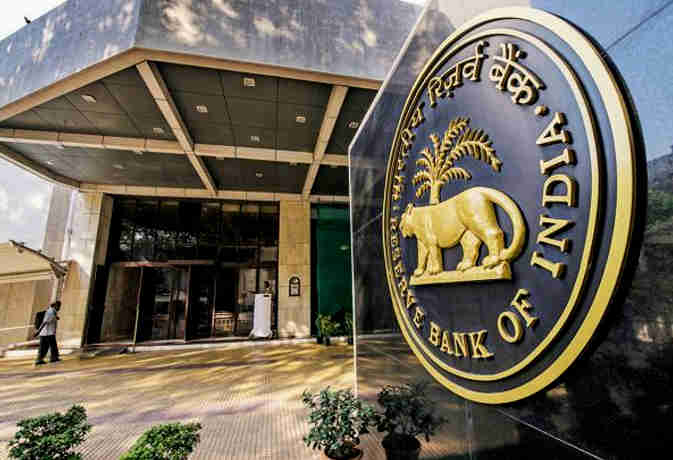 सस्ते कर्ज की उम्मीद पर चोट, जानें RBI की क्रेडिट पॉलिसी का EMI भरने वालों पर असर