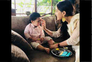 तस्वीरें : 'सिंबा' स्टार सारा खान ने नन्हें तैमूर का किया टीका, तो इन बॉलीवुड स्टार्स ने इस तरह मनाया रक्षाबंधन