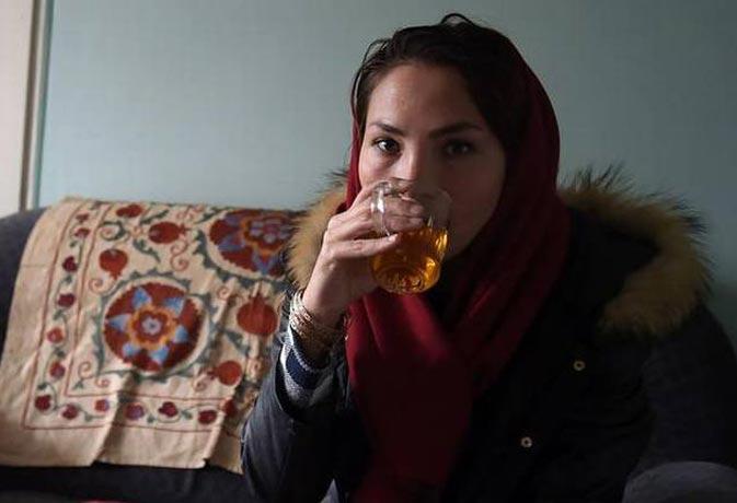 आतंकी धमकी से बेअसर अफगान महिला ने किया हिम्मत वाला काम
