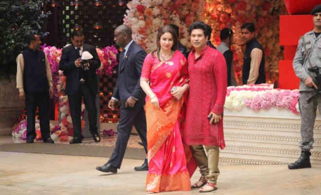 मुकेश अंबानी के बेटे आकाश की प्री-इंगेजमेंट पार्टी में पत्नी अंजलि के साथ पहुंचे सचिन तेंदुलकर