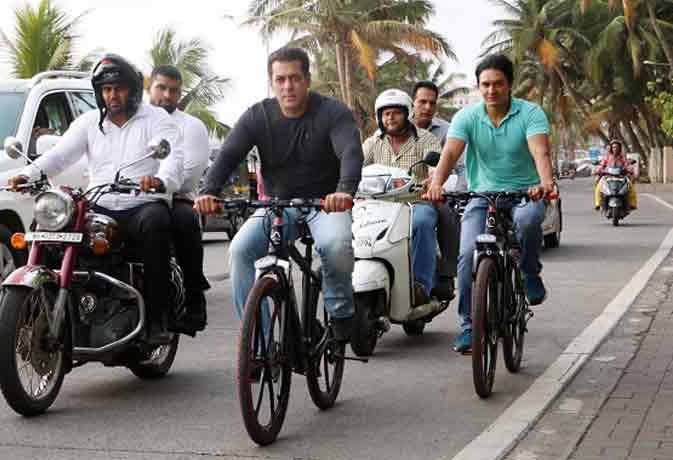 SRK के घर के सामने से साइकिल चलाते निकले सलमान, चिल्लाने लगे - 'शाहरुख-शाहरुख'
