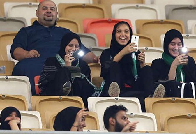 सऊदी अरब के किंग अब्दुल्ला स्टेडियम में पुरुषों के फुटबॉल मैच में महिलाओं ने बनाया रिकॉर्ड
