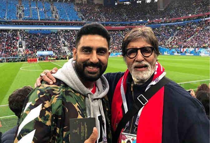 अमिताभ बच्चन बेटे अभिषेक संग स्टेडियम में ले रहे फीफा वर्ल्ड कप के मजे, देखें तस्वीरें