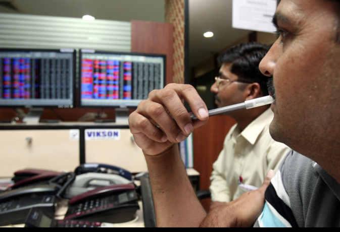 RBI के कर्ज महंगा करने से अपने रिकाॅर्ड स्तर से फिसला शेयर बाजार