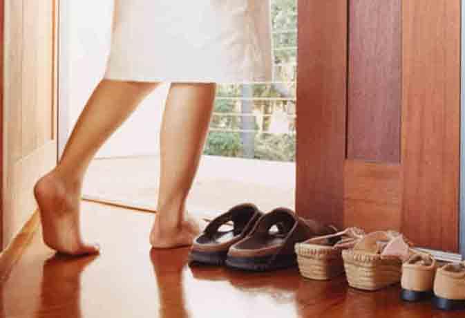 घर के बाहर जूते-चप्पल उतारने के पीछे है सेहत से जुड़ा ये साइंटिफिक रीजन
